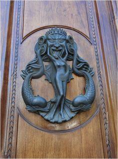 Lucca, Itália. Knobs And Knockers, Knobs And Handles, Door Knobs, Door Handles, Wood And Metal, Metal Art, Lucca Italy, Door Detail, Pub Signs