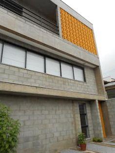 fachada com bloco, concreto aparente e cobogós: Casas rústicas por Metamorfose Arquitetura e Urbanismo