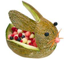 Esta idea de cortar un melón en forma de conejito es muy ingeniosa e ideal para un desayuno de Pascua. A los niños los volverá locos!
