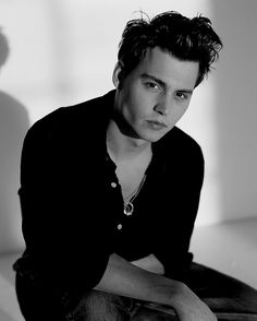 Johnny Depp with some rockabilly style. Possibly one of my favorite ways to view him. Young Johnny Depp, Here's Johnny, Johnny Depp Movies, Junger Johnny Depp, Single Sein, Z Cam, The Lone Ranger, Hot Actors, Celebs