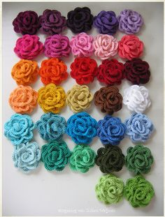 Fleurs au crochet. En garniture d'une veste ou des jeans des filles.  http://www.flickr.com/photos/holymountainflowerfairy/6861777563/