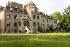 Pałac w Pieńkowie wybudowany w latach 1905-1906 dla rodziny von Wittenau. Ostatnimi rezydentami byli: Hans Schach von Wittenau, jego żona Sybilla i teściowa Evy von Bellow. W 1945 r. na wieść o zbliżających się Rosjanach Hans Schach von Wittenau zastrzelił swoją żonę, teściową i  siebie. Podobno w tym samym czasie na pobliskim polu wylądował samolotem ich syn, ale nie zdążył ich uratować.  Obecnie obiekt jest w trakcie remontu a właściciel przywraca założeniu dawny blask. Monuments, Castle House, Abandoned Places, Places To Visit, Around The Worlds, Germany, Mansions, House Styles, Medieval