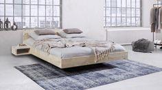 Zwevend houten bed. Het bed in lichte Scandinavische stijl. Mooi door zijn eenvoud. Het levendige hout bevat noestjes die het bed karakter geven. #floatingbed