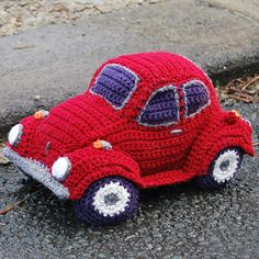 Who can resist the classic VW Beetle? With it's fabulous friendly shape it was the inspiration for the Hug-a-Bug, a cuddly car, just for you! cute amigurumi crochet toy car looks a little like a too with some slight changes Crochet Car, Crochet Amigurumi, Amigurumi Patterns, Crochet Crafts, Crochet Dolls, Crochet Projects, Crocheted Toys, Knitted Dolls, Diy Crafts