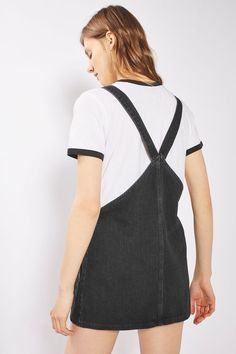 For a new take on denim dressing, try our PETITE double pocket pinafore. Layer your new favourite wardrobe staple over fine knits and frilled blouses.