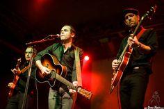 Diego Sánchez -guitarra-, Bitxor -voz y guitarra- y Estanis -bajo-  The Travessy Band, Mockers Day 2015, Santana 27, Bilbao, 26/XII/2015. Foto por Dena Flows  http://denaflows.com/galerias-de-fotos-de-conciertos/t/the-travessy-band/