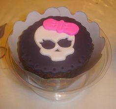 CupCake de monster high Este me parece lindo y práctico, ya no tendría que estar cortando la torta en plena fiesta, pero la cumpleañera decidió por una torta clásica completa, así que no tengo otra opción. Esta delicia está recomendable.