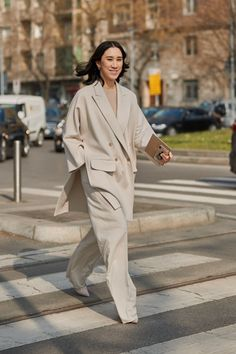 Autumn work outfit inspiration for the career women looking for wardrobe solutions and style inspiration. See the Latest Milan Fashion Week Street Style Fall 2019 Milan Fashion Week Street Style, Look Street Style, Autumn Street Style, Milan Fashion Weeks, Cool Street Fashion, Street Style Women, Looks Style, Looks Cool, Men Street