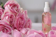 Faça um dos ingredientes mais tradicionais de beleza. Tem ação adstringente, tonificante e ajuda a diminuir os poros. Veja aqui como fazer água de rosas!