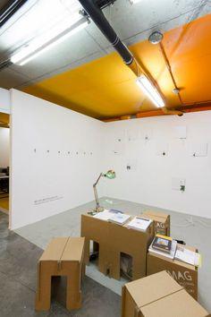 Colaboramos con el Festival de Arte JUSTMAD. Zona de descanso con mobiliario de carton. Stand para Mustang Art Gallery y UMH.