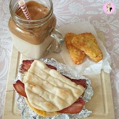 My take on a Mcdonalds Fakeaway breakfast! Bacon & Cheese flatbread recipe with hasbrowns Slimming World Brownies, Slimming World Sweets, Slimming World Chicken Recipes, Slimming Recipes, Sausage And Egg Mcmuffin, Healthy Pasta Bake, Dirty Rice Recipe