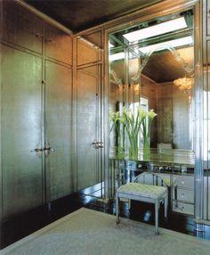 Descubre los beneficio de pintar tus paredes con un color metalizado o empapelarlas con un papel de colore dorado o plateado...