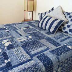 Pure Indigo patchwork with shibori tie dye and block prints. Reverse side plain dark indigo with hand- stitching. Japanese Quilt Patterns, Japanese Textiles, Japanese Patchwork, Shibori Fabric, Shibori Tie Dye, Sashiko Embroidery, Japanese Embroidery, Asian Quilts, Patch Quilt