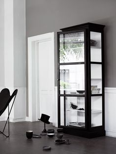 Köp V1 vitrinskåp - Lindebjerg Design