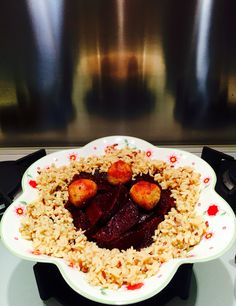 Fiore di barbabietola rossa, riso integrale e falafel