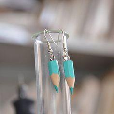 Boucles d'oreilles en crayons de couleur...avec un mini crochet avec filet