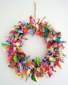 fabric wreath silly old suitcase: DIY-Tutorial Voorjaars krans van stof.Spring wreath of fabric scraps. Scrap Fabric Projects, Fabric Scraps, Sewing Projects, Craft Projects, Craft Ideas, Ribbon Projects, Fabric Wreath Tutorial, Diy Tutorial, Fabric Garland