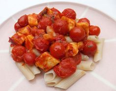 This vegetarian, zingy pasta with tomatoes and halloumi is a perfect dish for lazy lunches. Yummy Pasta Recipes, Halloumi, Tomatoes, Pork, Sweet, Ethnic Recipes, Easy, Kale Stir Fry, Candy