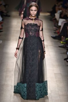 Discover the latest in designer apparel and accessories by legendary Italian fashion designer Valentino Garavani. Shop now at the official Valentino Online Boutique. Couture Mode, Style Couture, Couture Fashion, Runway Fashion, Valentino Couture, Valentino Gowns, Fashion Week, High Fashion, Fashion Show
