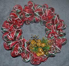 Deco Mesh Christmas Wreath Tutorial by donnahup Easy Burlap Wreath, Diy Wreath, Felt Wreath, Deco Mesh Crafts, Wreath Crafts, Couronne Diy, Christmas Mesh Wreaths, Diy Christmas, Christmas Ribbon