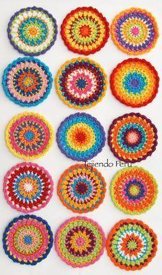 tejidas a video tutorial del paso a paso! Sie Mandalas Tutorial Mandala tejida a crochet paso a paso! Crochet Diy, Crochet Round, Love Crochet, Crochet Crafts, Crochet Flowers, Crochet Projects, Tutorial Crochet, Manta Crochet, Crochet Mandala Pattern