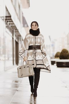 Look de inverno com poncho. Preto, branco e bege. Gola rulê.