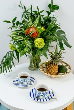 Invită-ți persoana dragă și răsfață-o cu un decor impecabil de frumos! Descoperă un set deosebit la modă! Chocolate, Table Decorations, Plants, Blue, Home Decor, Messages, Coffee Cup, Mugs, Decoration Home