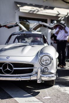 1954 Mercedes Was never meant to go into production. Won at leMans and the rich began to order them. Only 1400 made during T Classy Cars, Sexy Cars, Hot Cars, Mercedes Benz 300, Rolls Royce, Volkswagen, Automobile, Mercedez Benz, Vw Vintage