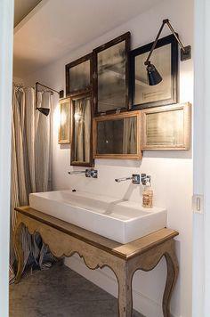 こちらは洗面所ですが、様々なサイズの鏡をランダムに取り付けている事例。アンティークのトーンが合っていればちぐはぐのサイズでもとてもかわいいです。