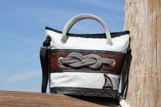Borsa in vela dacron riciclata con inserto marrone e nodo marinaro  #sail #madeinitaly #handmade #lignano #vela #borsevela  #fattoamano #riciclo #riciclocreativo #upcycling #recycled