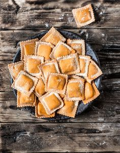 Homemade fresh pumpkin ravioli on a wooden table and a vintage cutter pasta. Jam Recipes, Snack Recipes, Healthy Recipes, Pumpkin Ravioli, Veg Dishes, Baked Salmon Recipes, Pasta Maker, Learn To Cook, Pumpkin Recipes