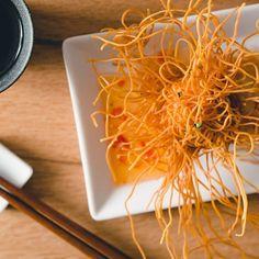 ✨おすすめお料理紹介✨『海老の進丈揚げ』 . 見た目のインパクトはもちろん、 外のパリッとサクサク食感と、中身のふわふわ食感とのギャップが楽しい人気のメニュー★ 権八オリジナルのスイートチリソースが、 海老にピリッとマッチ!