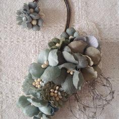 染め花のイヤーフック(グリーングレー)