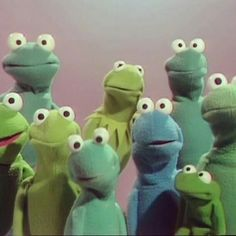 """Kermit and his gang sing backup on the 1967 Peter, Paul, and Mary song, """"I'm in Love with a Big Blue Frog"""" on THE MUPPET SHOW, October Kermit's wistful nephew Robin (right) made his Muppet Show debut here. Sapo Kermit, Les Muppets, Castlevania Anime, Sapo Meme, Fraggle Rock, The Muppet Show, Kermit The Frog, Kermit Face, Dibujos Cute"""