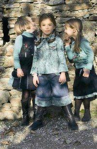 Tenues Alphabet - Les tendances Mode Enfants de la Rentrée 2006  - Tenues de véritables petites cow girls avec du jeans ou une jupe culotte , idéale pour courir tout en restant très fille ! Alphabet Petite fille de gauche - sous- pull bleu à partir de 12...