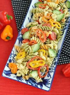 Confetti Pasta Salad: Loaded with seasonal veggies like cherry tomatoes, peppers, and cucumbers, Peas and Crayons' confetti pasta salad will become a pool-party staple. Source: Peas and Crayons Quinoa, Gourmet Burger, Feta, Cookout Food, Cooking Recipes, Healthy Recipes, Healthy Options, Healthy Eats, Gastronomia