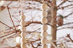 Julgransdekoration av träkulor - Lekolar