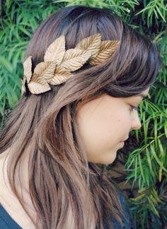 DIY Laurel Crown – Little den – Laurel Wreath İdeas. Gold Leaf Crown, Gold Leaf Headband, Crown Crafts, Diy Crown, Toga Romana, Greek Crown, Couronne Diy, Toga Party, Goddess Costume