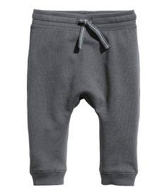 Dark gray. CONSCIOUS. Joggers in soft, organic cotton sweatshirt fabric. Elasticized waistband and ribbed hems. Soft, brushed inside.