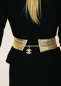 Black and gold, Chanel. Always a classic Coco Chanel, Chanel Black, Chanel Men, Marca Chanel, Mademoiselle Coco, Moda Formal, Gold Belts, Glamour, Chanel Fashion