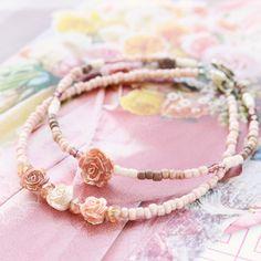 Minimalistische bloemen sieraden met roosje kralen en daisy bloemen kralen