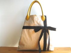 約 ヨコ45cm タテ40cm(マチ含む)マチ8cm 持ち手38cm本体:綿麻/リボン:リネン内布:綿・ポリエステル(仕切りありのポケット付き)持ち手:合革重... ハンドメイド、手作り、手仕事品の通販・販売・購入ならCreema。