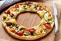 Fascinatingly delicious vegetable puff pastry wreath with cheeky pine nuts – how it works! Pizza Vegetal, Pizza Legume, Vegetable Cake, Vegetarian Recipes, Cooking Recipes, Good Food, Yummy Food, Easy Appetizer Recipes, Finger Foods