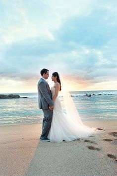 Such an amazing moment between the bride & groom at sunset in their destination Hawaiian wedding. Click to see more! {Rachel Robertson Photography}