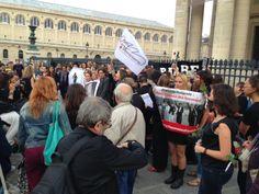 """Le collectif """"Femmes au Panthéon"""" manifeste devant le monument pour demander à François Hollande de panthéoniser des femmes."""