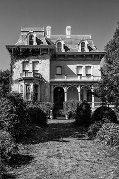 Riverlore Mansion Cairo, Illinois Second Empire architecture Old Abandoned Houses, Abandoned Buildings, Abandoned Places, Old Houses, Abandoned Castles, Old Mansions, Abandoned Mansions, Beautiful Homes, Beautiful Places