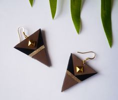 Boucles d'oreilles triangle en cuir recyclé marron doré noir faites main avec des attaches en acier chirurgical plaqué or par Adorness #faitmain #createur #madeinfrance #noel #bijougraphique