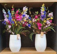 Fleurig lente boeket met  meerdere bloem soorten. Kunst bloemen in witte pot. www.decoratiestyling.nl