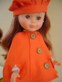 Tradicionalmente masculina, esta prenda de abrigo se reinterpreta más femenina que nunca.  Envuelven, abrazan, abrigan , seducen... las capa... Girl Doll Clothes, Doll Clothes Patterns, Clothing Patterns, Girl Dolls, Ava Doll, Nancy Doll, Pyjamas, Disney Animator Doll, America Girl