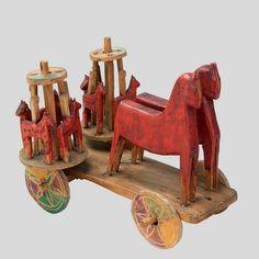 Zabawka ruchoma – wózek z konikami i karuzelami. Zabawka drewniana, polichromowana. Karuzele obracają się na poziomych tarczach dzięki oparciu ich na kółkach zabawki.  B.d., pow. Żywiec, 1929 r.